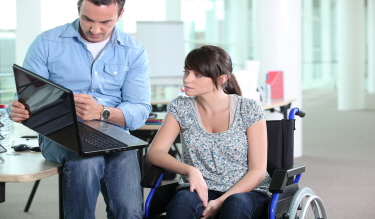 장애가 있는 동생이 취업하는 데 어려움이 많습니다. 도움 받을 방법이 없을까요?